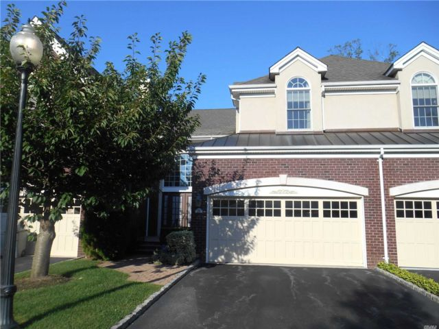 3 BR,  5.00 BTH Colonial style home in Manhasset