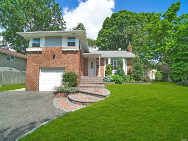 3 BR,  3.00 BTH  Split level style home in Westbury