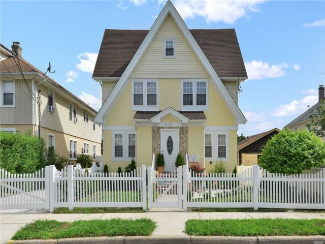 4 BR,  4.00 BTH Colonial style home in Hempstead