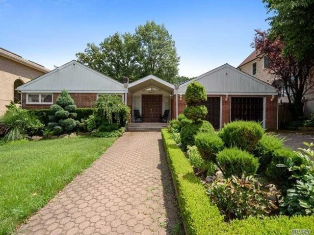 4 BR,  5.00 BTH Exp ranch style home in Jamaica Estates
