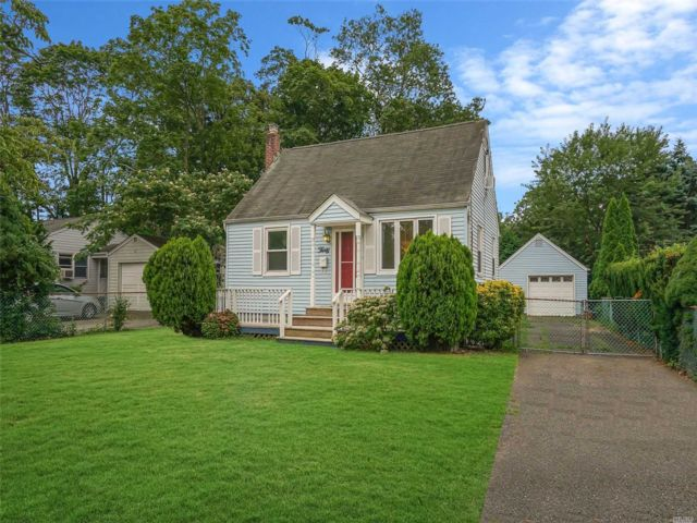 3 BR,  1.00 BTH Cape style home in Smithtown