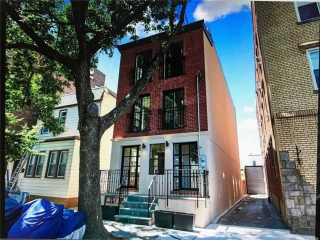 3 BR,  2.00 BTH  Apt in house style home in Glendale