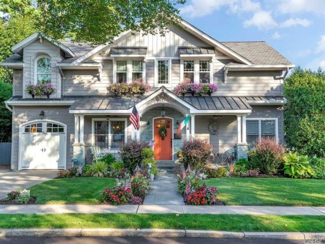 6 BR,  4.00 BTH Colonial style home in Old Bethpage