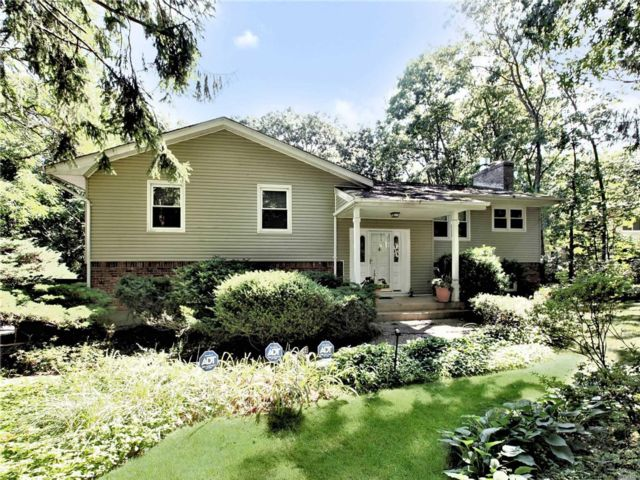 4 BR,  3.00 BTH Raised ranch style home in Melville