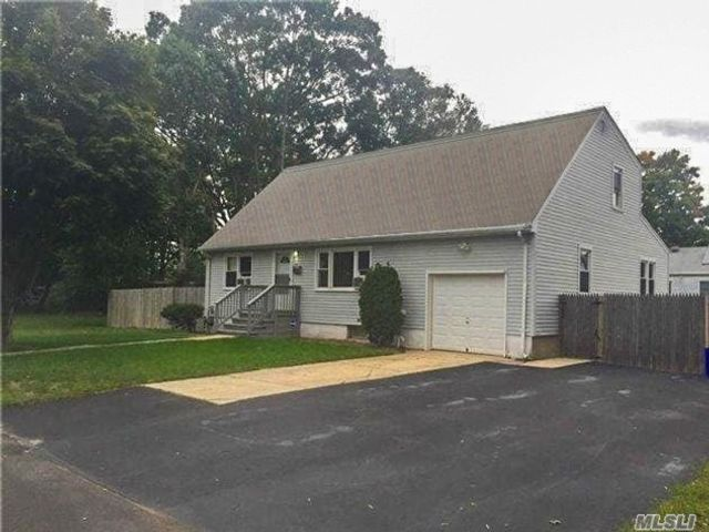 4 BR,  3.00 BTH Exp cape style home in Deer Park