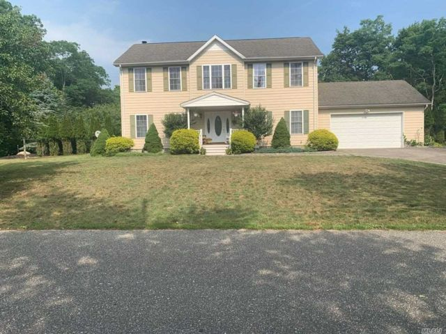 4 BR,  3.00 BTH  Colonial style home in Westhampton