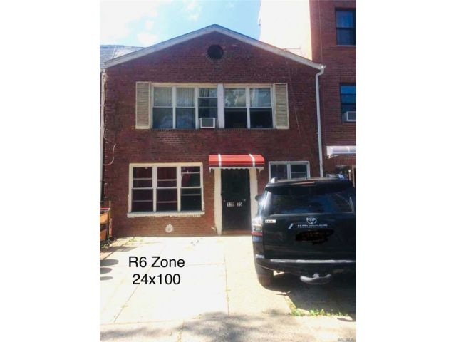 4 BR,  2.00 BTH  2 story style home in Flushing