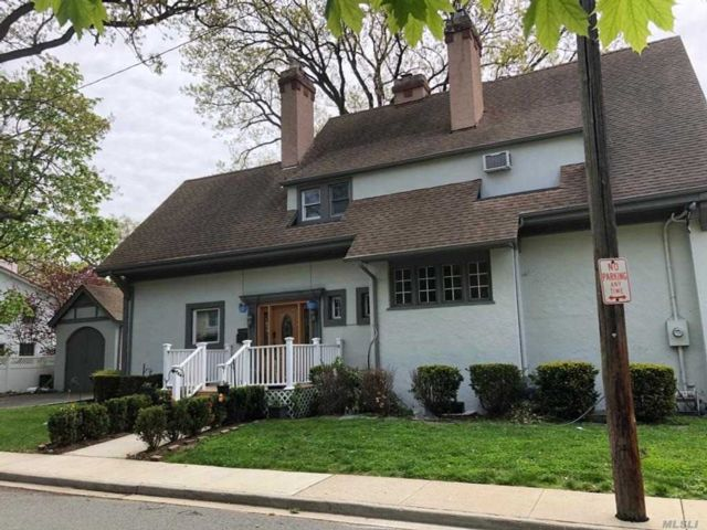 6 BR,  5.00 BTH Colonial style home in Woodmere