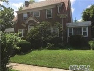 3 BR,  3.00 BTH Contemporary style home in Forest Hills