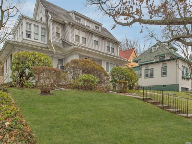 5 BR,  3.00 BTH Colonial style home in Kew Gardens