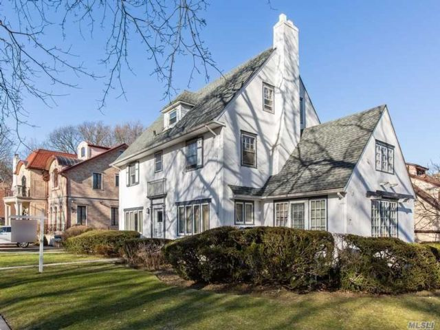 6 BR,  4.00 BTH Colonial style home in Kew Gardens