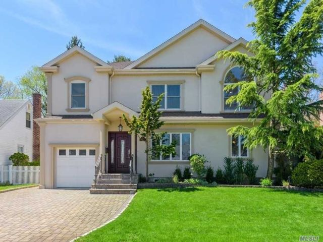 5 BR,  4.00 BTH Colonial style home in Franklin Square