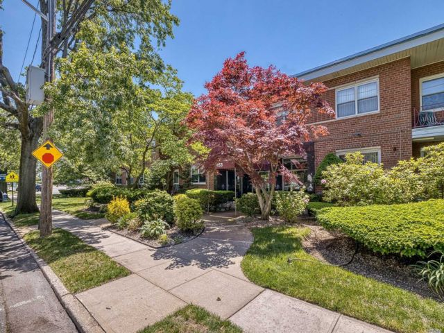 3 BR,  3.00 BTH Garden apartment style home in Cedarhurst