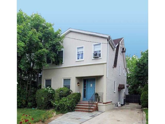 4 BR,  4.00 BTH Colonial style home in Hewlett