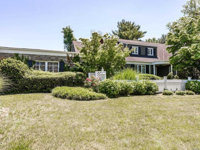 6 BR,  4.00 BTH Exp ranch style home in Woodsburgh