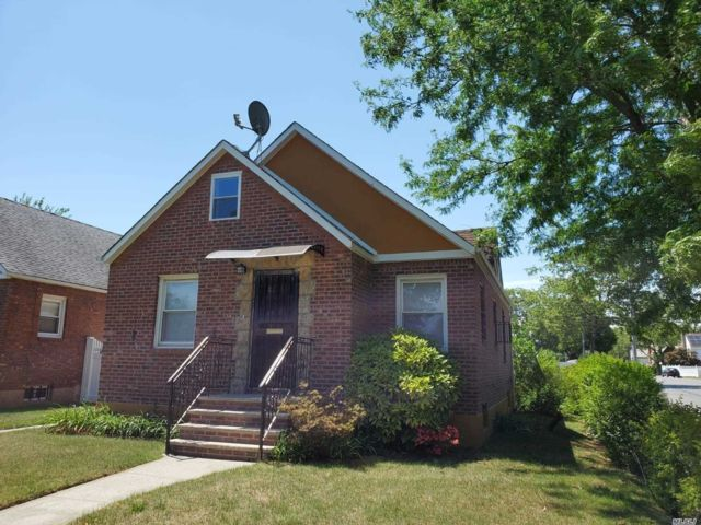 4 BR,  3.00 BTH Cape style home in Cambria Heights