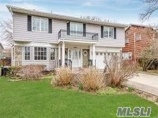 6 BR,  4.00 BTH Splanch style home in Lawrence