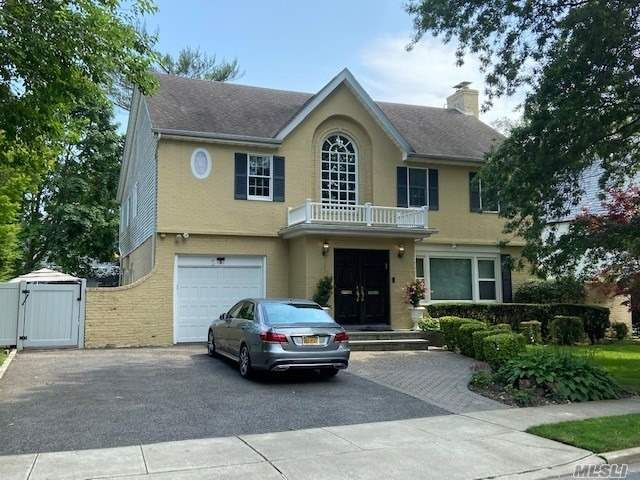 6 BR,  5.00 BTH Colonial style home in Lawrence