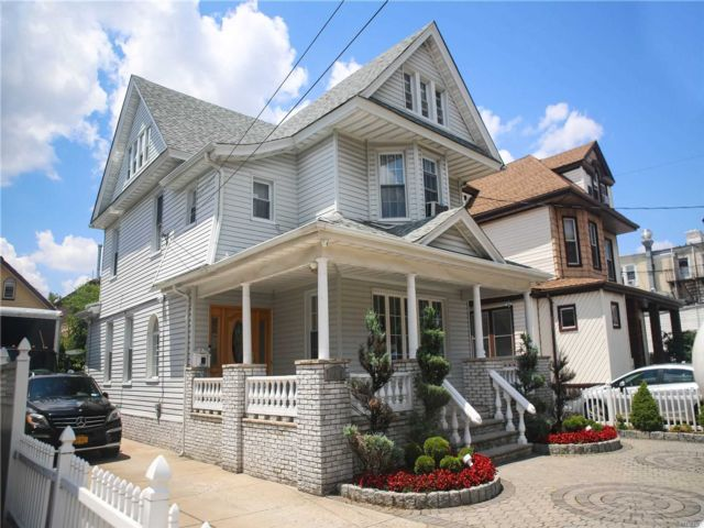 5 BR,  3.00 BTH Colonial style home in Richmond Hill