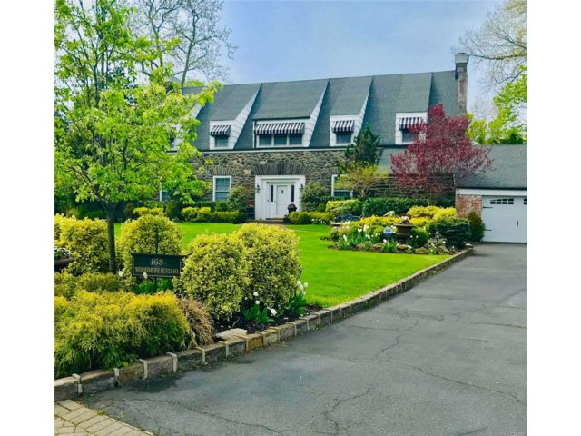 5 BR,  4.00 BTH Colonial style home in Woodmere