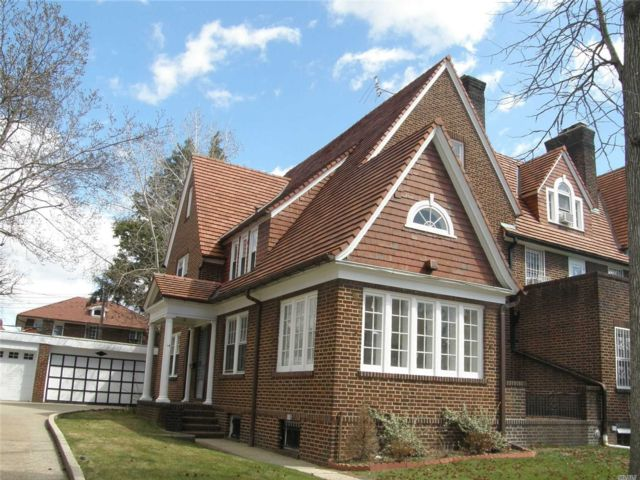5 BR,  4.00 BTH Mini estate style home in Forest Hills