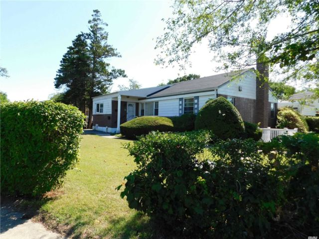 4 BR,  3.00 BTH Exp ranch style home in Elmont