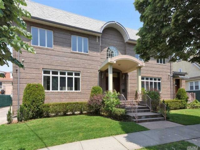 6 BR,  7.00 BTH Colonial style home in Forest Hills