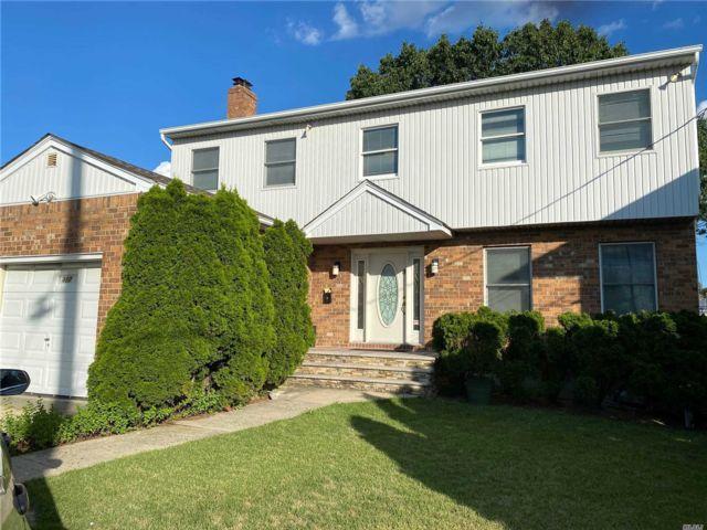 5 BR,  3.00 BTH Colonial style home in Cedarhurst