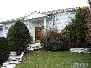 4 BR,  3.00 BTH Hi ranch style home in North Woodmere