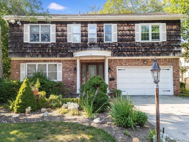 4 BR,  4.00 BTH Colonial style home in Lawrence