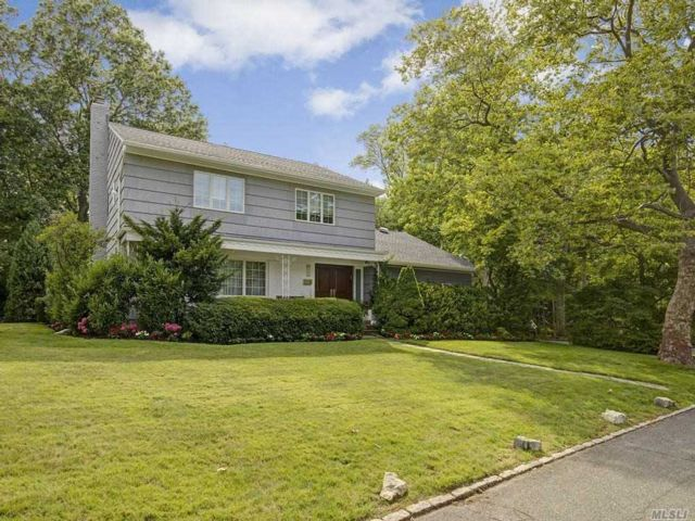 5 BR,  4.00 BTH Colonial style home in Woodsburgh