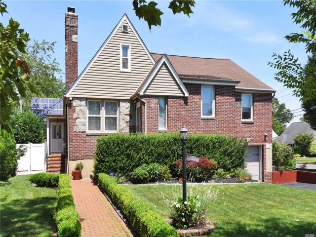 4 BR,  2.00 BTH Split level style home in East Rockaway