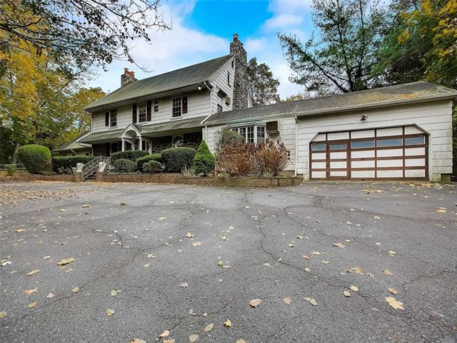 8 BR,  5.00 BTH Colonial style home in Woodmere