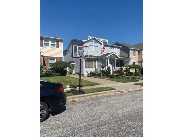 3 BR,  3.00 BTH Colonial style home in Franklin Square