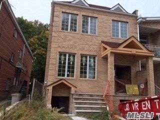 5 BR,  4.00 BTH Colonial style home in Forest Hills
