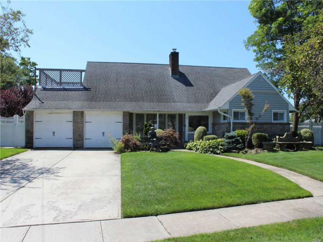 5 BR,  2.00 BTH Cape style home in East Rockaway