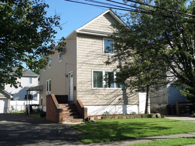 3 BR,  3.00 BTH Colonial style home in Cedarhurst