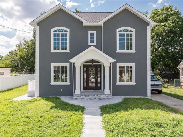 5 BR,  4.00 BTH Modern style home in Elmont