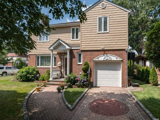 5 BR,  4.00 BTH Colonial style home in Queens Village