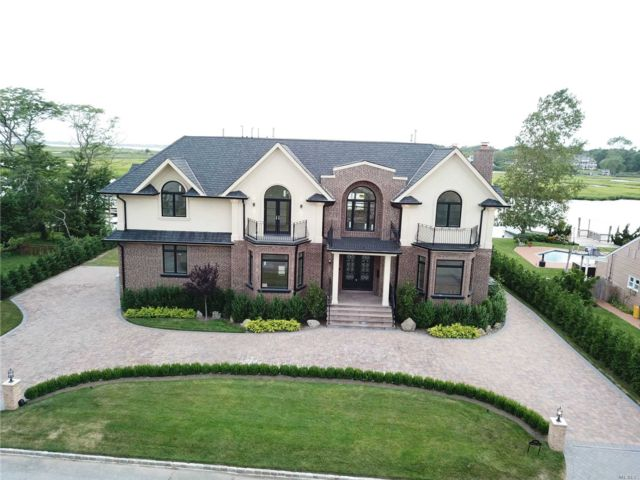 6 BR,  5.00 BTH Colonial style home in Hewlett Harbor