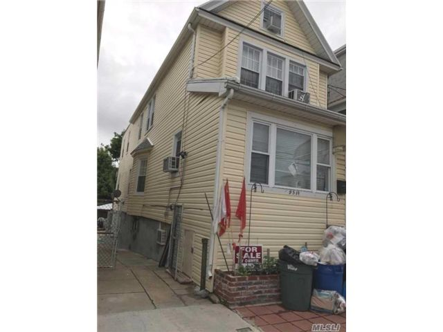 8 BR,  3.00 BTH Colonial style home in Ozone Park