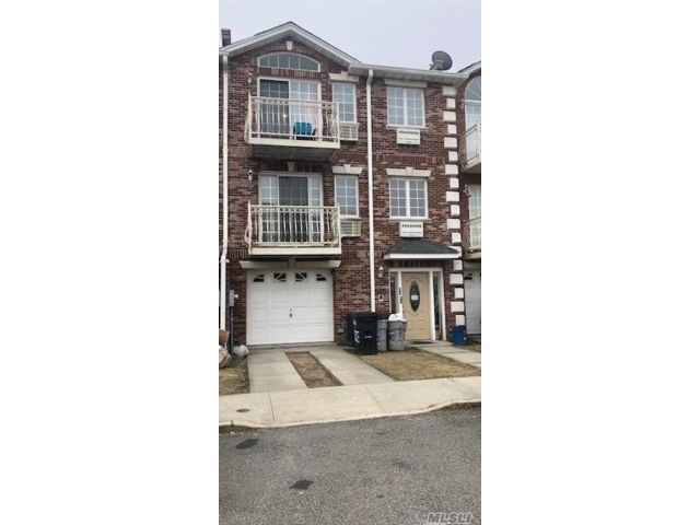 7 BR,  5.00 BTH Townhouse style home in Middle Village