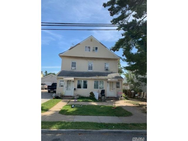 8 BR,  5.00 BTH Colonial style home in Lawrence