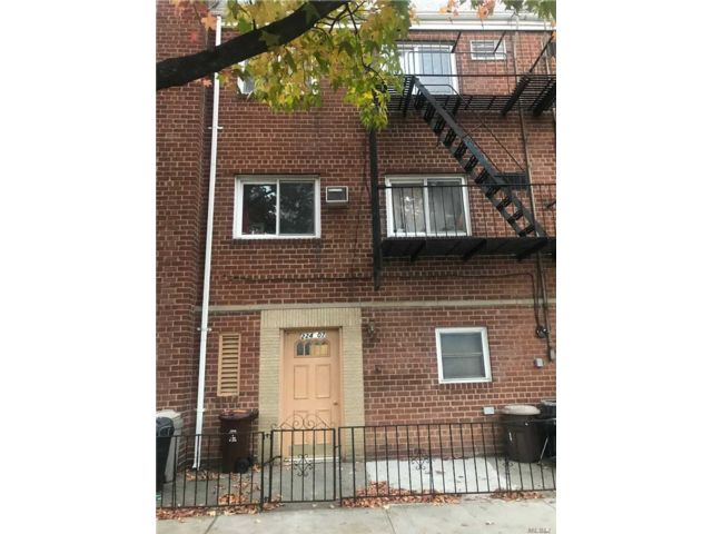 5 BR,  3.00 BTH Townhouse style home in Queens Village
