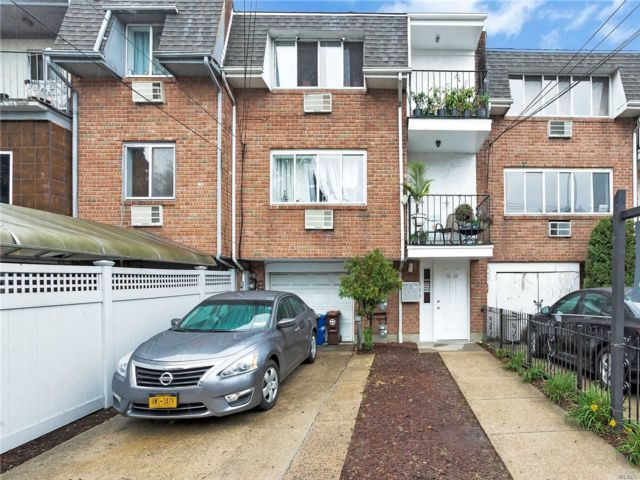 4 BR,  3.00 BTH Townhouse style home in Kew Gardens