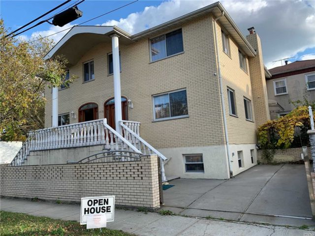 6 BR,  4.00 BTH Duplex style home in Forest Hills