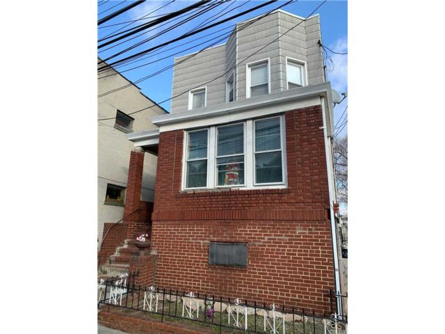 6 BR,  3.00 BTH Other style home in Middle Village
