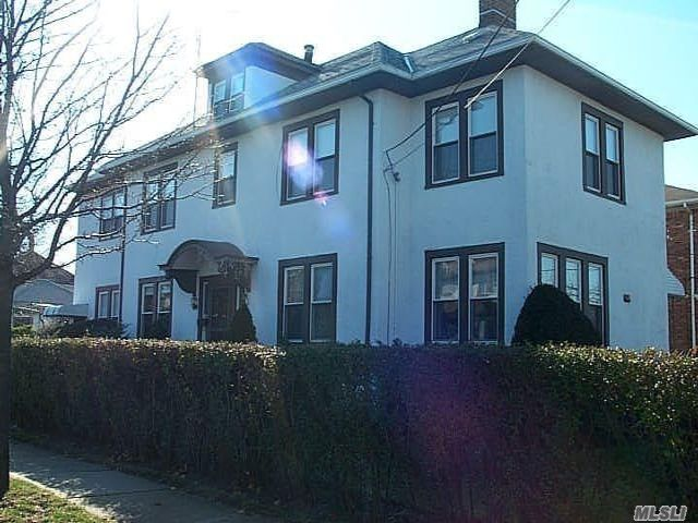 6 BR,  4.00 BTH Colonial style home in Lawrence