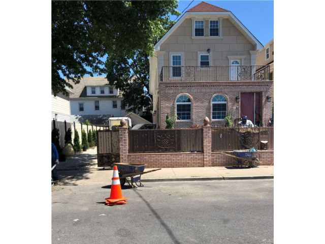 10 BR,  6.00 BTH Colonial style home in East Elmhurst