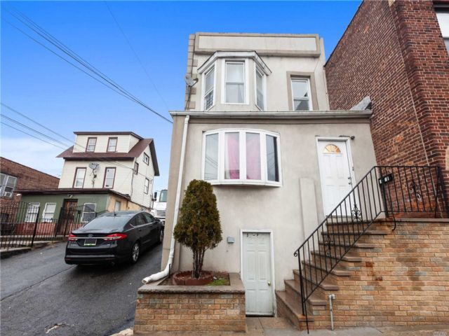 8 BR,  2.00 BTH Colonial style home in East Elmhurst